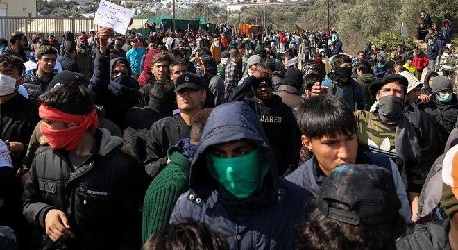 Imigrantes enfrentam polícia grega na fronteira com a Turquia