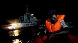 Veja a rotina de um navio de resgate de migrantes no Mediterrâneo ()