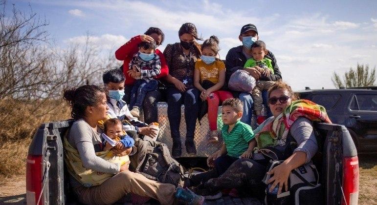 Imigrantes detidos ao atravessar o Rio Grande são levados pela polícia nos EUA