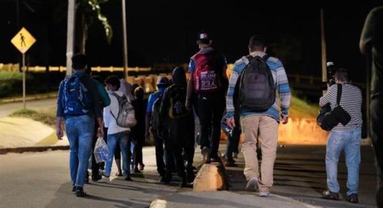 Migrantes partiram nesta terça-feira (30) da fronteira do país com a Guatemala
