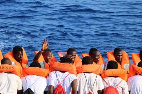 Malta recusou ajudar navio com 100 imigrantes
