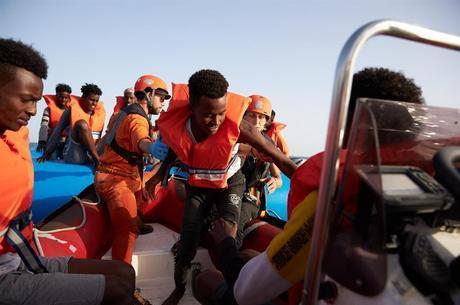 Navio com 41 imigrantes seguirá para Itália