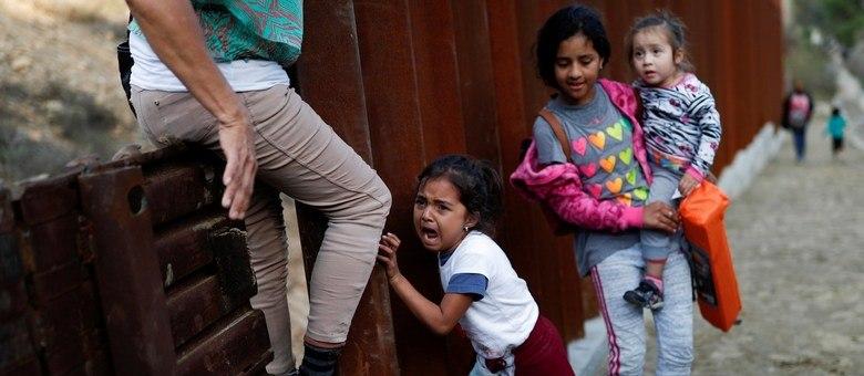 Imigrantes tentam cruzar fronteira dos EUA