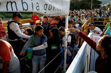 Venezuelanos fazem fila na fronteira com a Colômbia
