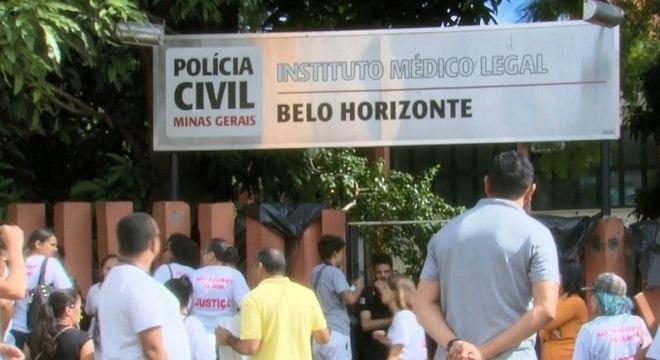 Parentes das vítimas protestaram na porta do IML