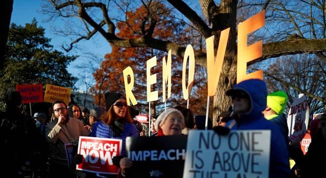 Protestos em frente ao Congresso dos EUA durante a votação do impeachment de Trump