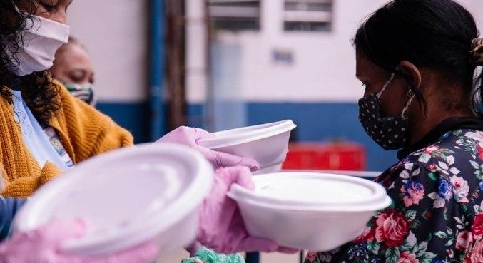 Integrantes da Imperador do Ipiranga distribuem marmitas na zona sul de SP