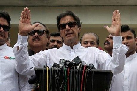 Khan já havia declarado vitória na quinta (26)