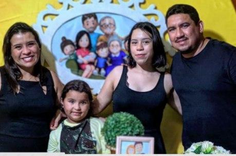 Laura Gomes, de 8 anos, com a  família