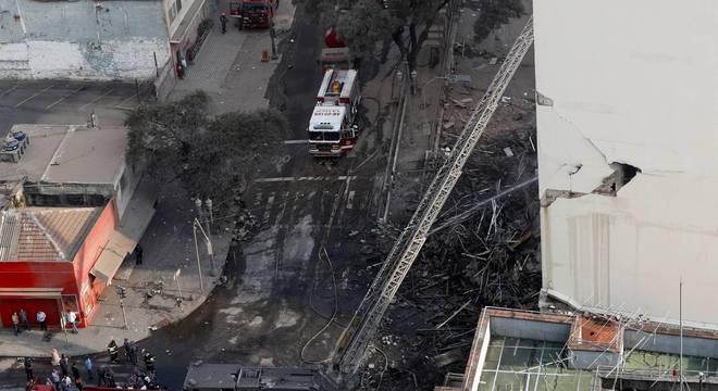 Incêndio destruiu prédio, que ruiu em seguida, no centro da capital paulista