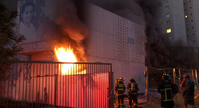 Bombeiros trabalham para controlar incêndio de museu