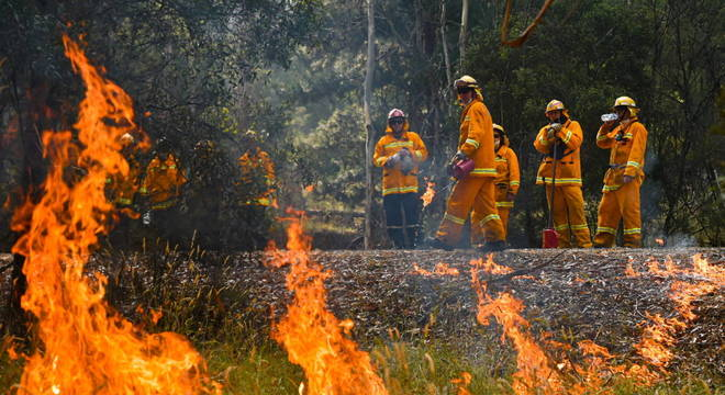 Milhares lutam contra chamas diariamente na Austrália