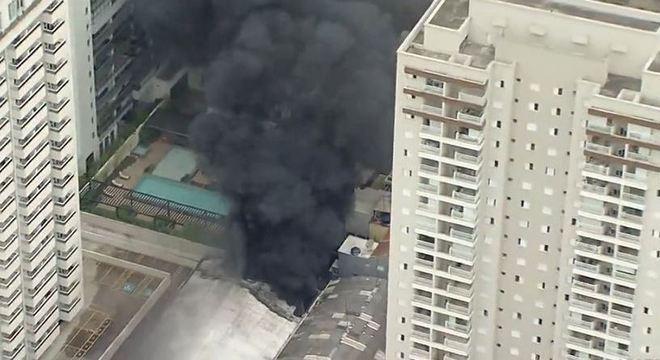 Fogo rompeu a cobertura do galpão. Pessoas contam ter ficado sem ar devido a fumaça