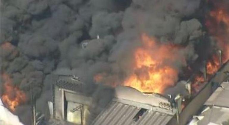 Sobe para 16 o número de equipes no combate ao incêndio em Barueri, na Grande SP