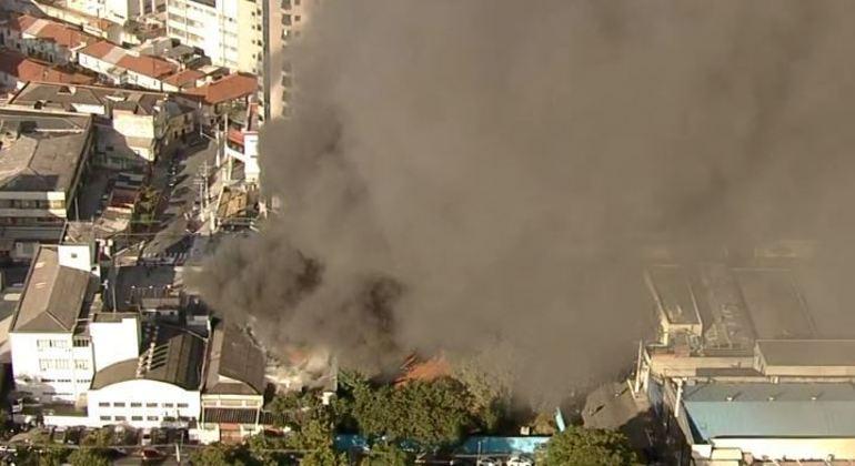 Bombeiros combatem incêndio de grandes proporções em outlet no centro de SP