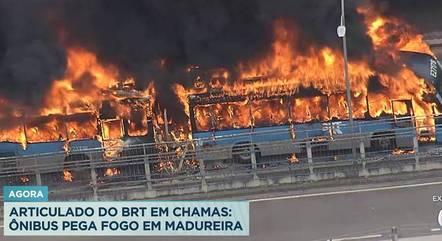 Ônibus articulado em chamas no terminal de Madureira