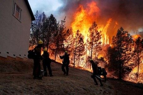 A tela reduz o poder do calor das chamas