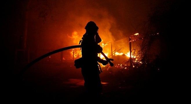 Milhares de bombeiros da Califórnia trabalham desde sexta (9)
