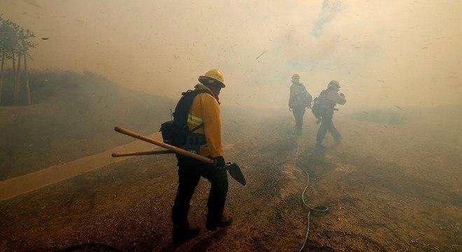 Bombeiros combatem incêndio nos arredores de Los Angeles