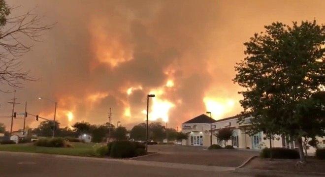 Chamas ameaçam centenas de casas na cidade californiana de Redding