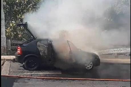 Veículo ficou destruído; ninguém se feriu