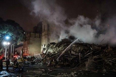 Bombeiros buscam cinco vítimas