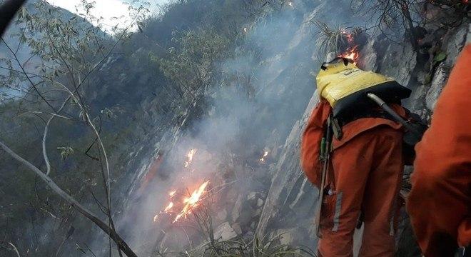 Equipe com 30 bombeiros atua no combate às chamas na região