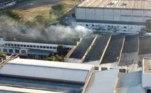 SP - INCÊNDIO-CINEMATECA-VILA-LEOPOLDINA-RESCALDO - GERAL - Vista aérea do galpão da Cinemateca Brasileira na Vila Leopoldina, nesta sexta-feira (30), um dia depois do incêndio que atingiu o local. Os bombeiros permanecem na região para o rescaldo. 30/07/2021 - Foto: RONALDO SILVA/FUTURA PRESS/FUTURA PRESS/ESTADÃO CONTEÚDO