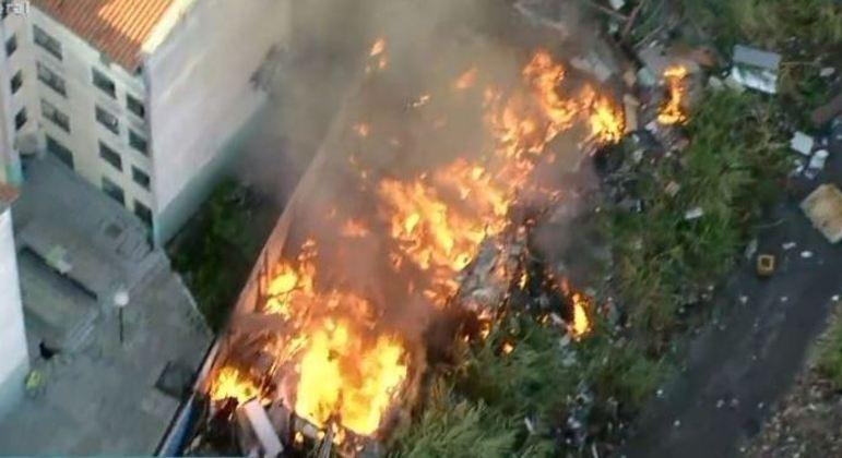 Incêndio atinge comunidade no Capão Redondo, na zona sul de SP, e destrói barracos