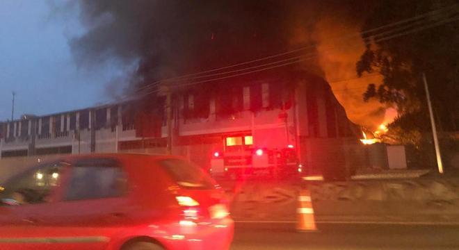 Incêndio em grandes proporções toma fábrica de bobinas de papelão em Cotia (SP)