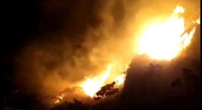 Incêndio atinge área de mata na Serra do Mar, na região de Cubatão (SP)