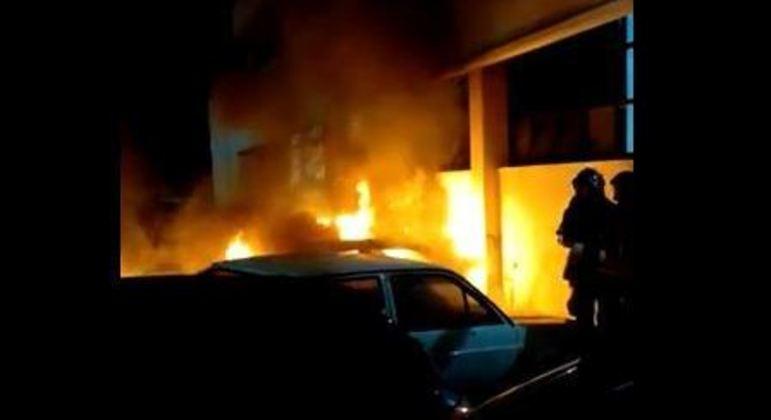 Incêndio atinge carros estacionados em delegacia de São Paulo