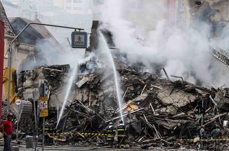 Prédio desabou após incêndio iniciado em tomada