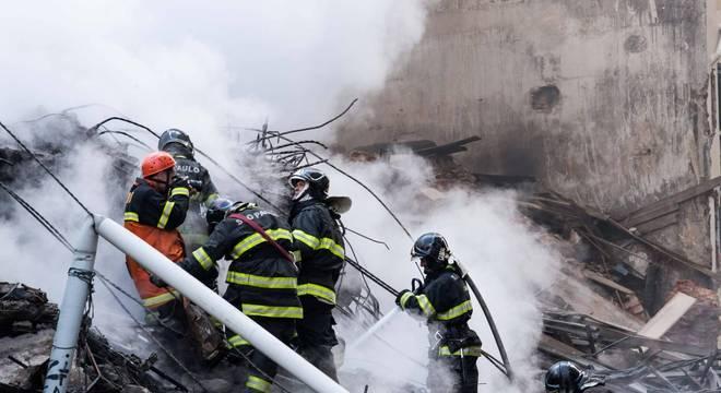 Bombeiros procuram por desaparecidos nos escombros no centro de SP