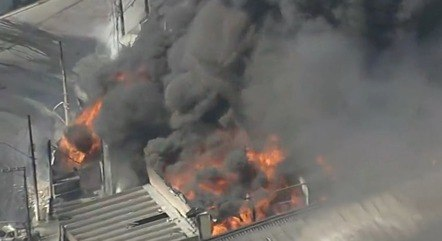 Incêndio de grandes proporções atinge galpão em Barueri