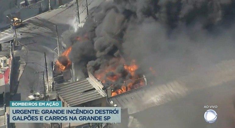 Incêndio de grandes proporções atinge galpão em Barueri e provocou a suspensão de aulas nas escolas do entorno