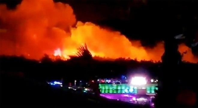 Incêndio ganhou força devido aos fortes ventos. Estradas foram fechadas