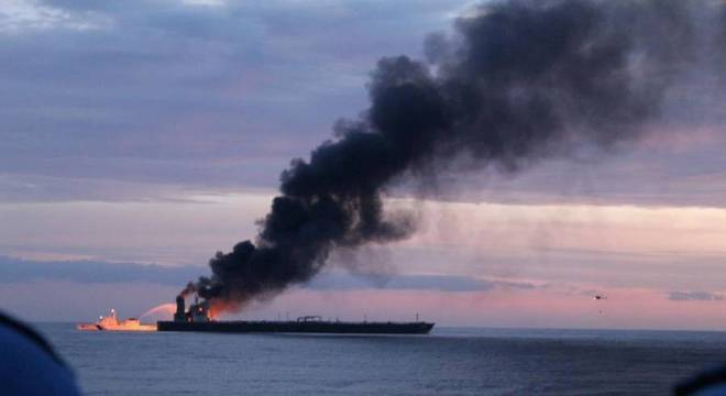 O fogo começou no navio petroleiro na casa de máquinas nesta quinta-feira