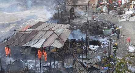 Bombeiros fazem rescaldo no local