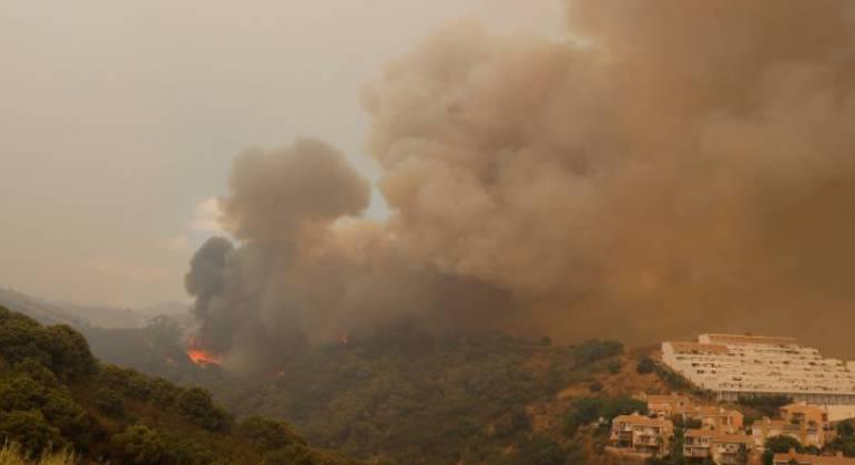 Grande incêndio que atinge floresta ganha força neste domingo e pessoas são retiradas de Málaga