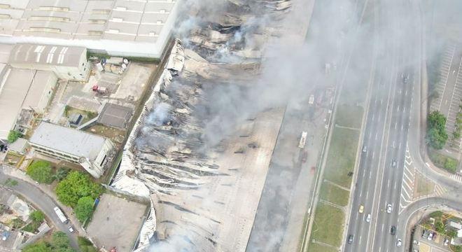 Incêndio destrói galpão às margens da na rodovia Raposo Tavares em SP