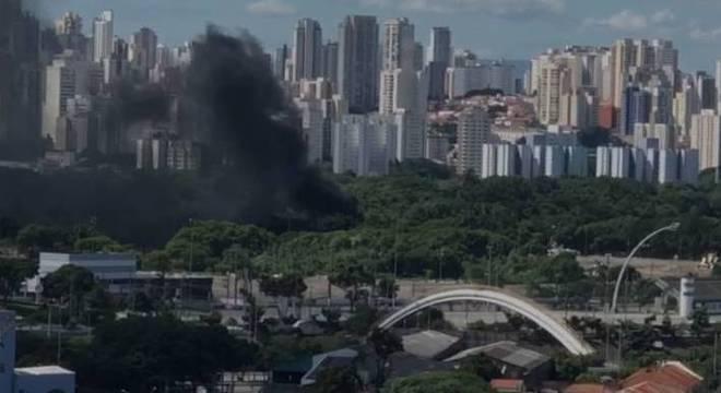 Fumaça preta do incêndio em galpão na zona norte foi registrada em vídeo