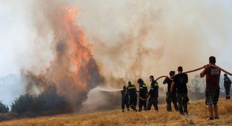 Equipes dos bombeiros tentam apagar o fogo que atinge as florestas da Grécia há dias