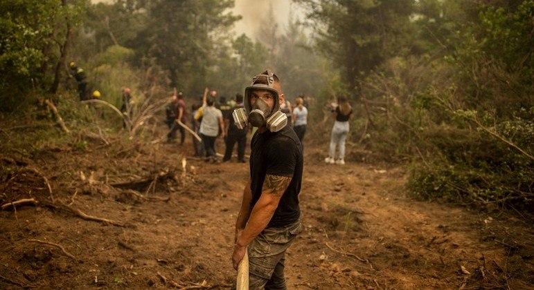 Cerca de 650 bombeiros trabalham  na ilha de Eubeia para combater o fogo