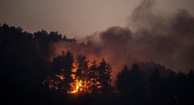 Grécia tenta apagar os incêndios florestais que duram mais de uma semana
