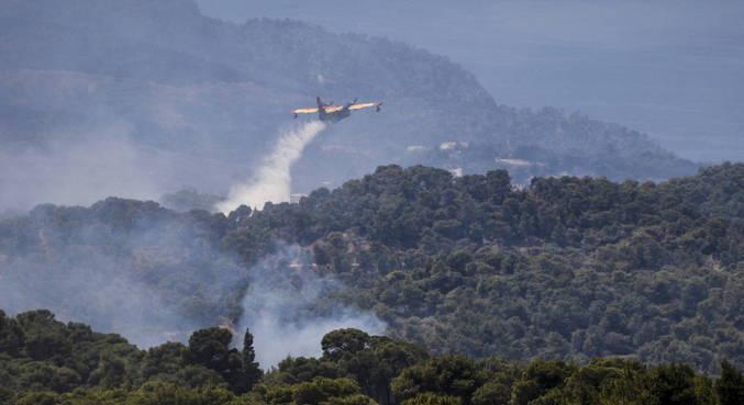 Grécia combate incêndio florestal pelo 3º dia seguido