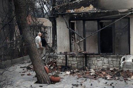 Gregos procuram por sobreviventes em Mati