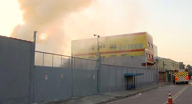 Bombeiros trabalham para conter chamas em madeireira em Guarulhos