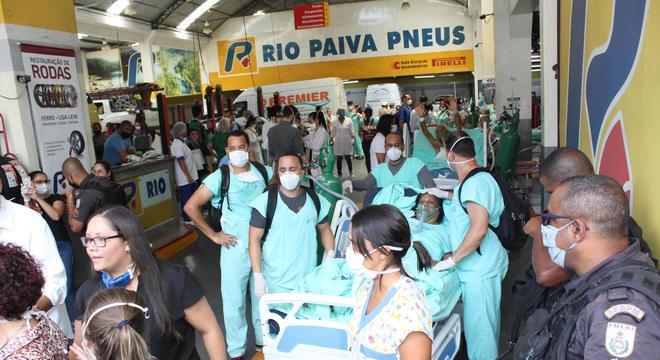 Pacientes são retirados do Hospital Federal de Bonsucesso, na zona norte do Rio