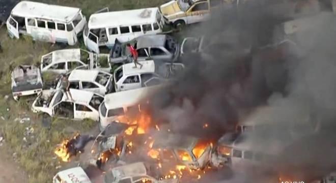 Grupo de jovens foi visto no local enquanto incêndio atingia depósito